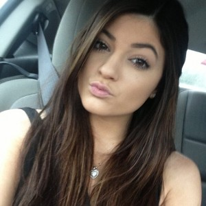 ¿Qué Hay De Mí? Capítulo 78 Kylie-Jenner-is-taking-a-selfie-in-the-car-300x300